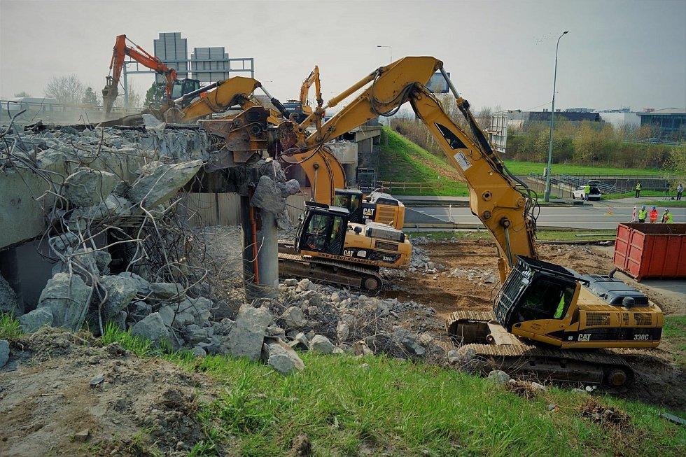 Demolice mostu Pražského okruhu přes Chlumeckou ulici.