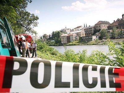 Tělo mrtvého muže vytáhli z řeky Labe kolínští hasiči.