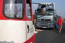 Na hlavním silničním tahu z Kolína na Český Brod praskla nádrž u kamionu