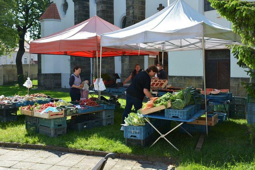 Farmářský trh na náměstí Arnošta z Pardubic v Českém Brodě.