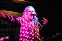 Na svém evropském turné se v sobotu sále restaurace U Vodvárků zastavil americký kytarista a zpěvák Adam  Bomb