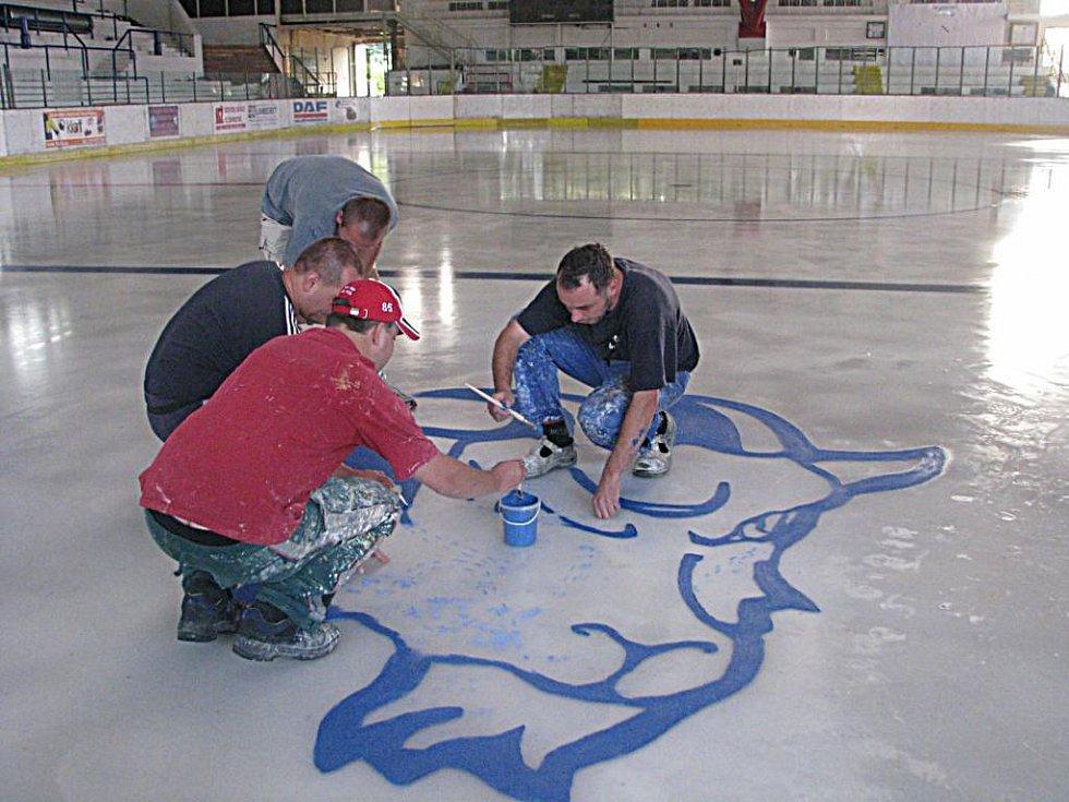 Kolínští fanoušci malovali na led Kozla.