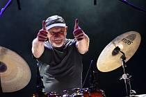 Z koncertu bubeníka Clive Bunkera z kapely Jethro Tull v Městském divadle v Kolíně.
