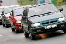 Kolony aut  provází Kolín v řadě ulic. Průtah je jimi dost často doslova pověstný.
