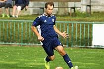 Fotbalista Červených Peček Jaroslav Svoboda (v modrém) v utkání s Velimí B.