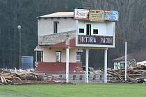 Demolice na fotbalovém hřišti.