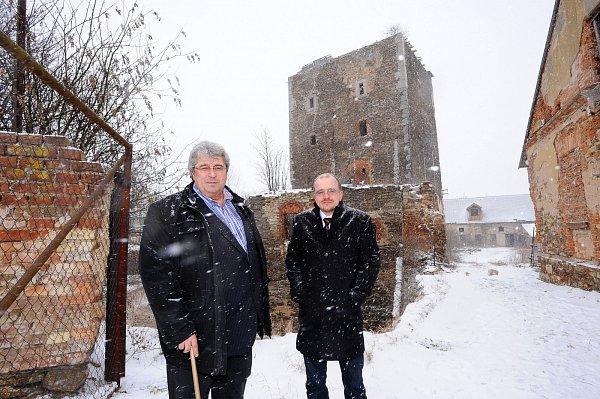 Hejtman Josef Řihák spolu snáměstkem Markem Semerádem navštívili tvrz vHradeníně, kterou kraj zhruba před rokem koupil od soukromých vlastníků.