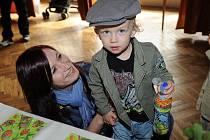Pod názvem Svět očima dětí vystavuje osm členů fotokroužku kolínského domu dětí a mládeže snímky v Komorním salónku kolínského Městského společenského domu.