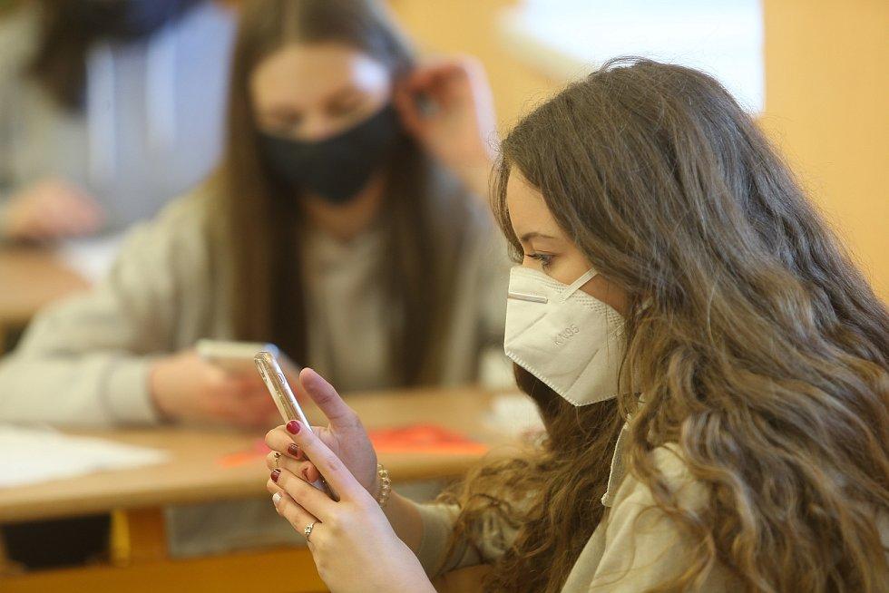 Ze zahájení výuky po 'koronavirovém volnu' v úterý 12. května 2020 v 6. základní škole v Kolíně.