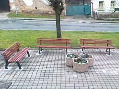 Pořídili lavičky, květináče i traktůrek
