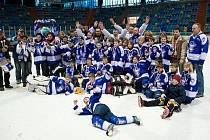 Mladí hokejisté Kolína se poprávu radují. Právě získali stříbrnou medaili na MČR.