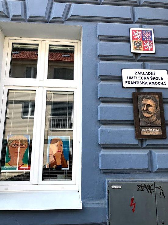 """Kolínská ZUŠ Františka Kmocha i v těchto časem vystavuje v oknech budovy výstavu s názvem: """"A přece se učí!""""."""