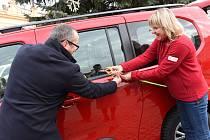 Ze slavnostního předání automobilu pro přepravu zdravotně postižených společnosti Spirála pomoci na Karlově náměstí v Kolíně.