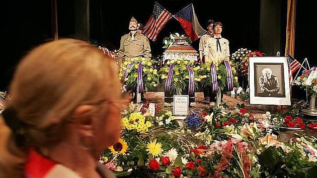 Pohřeb protikomunistického bojovníka Milana Paumera se konal v poděbradském divadle Na Kovárně