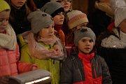 Pěvecký sbor zásmucké školy zazpíval koledy v místním kostele.