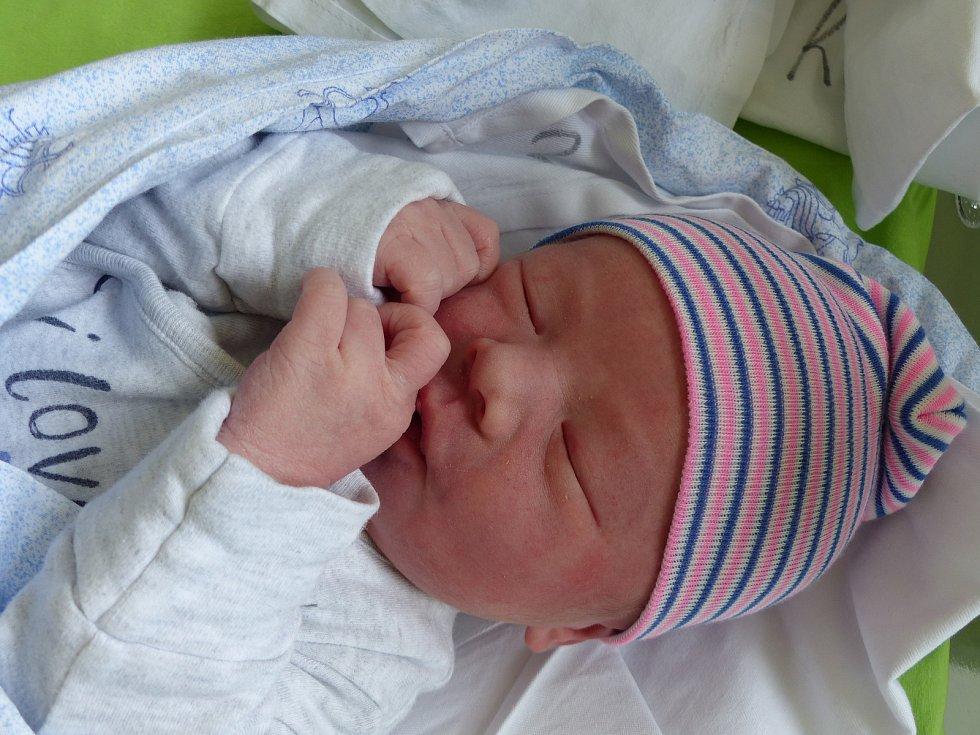 Jonáš Geřábek se narodil 30. dubna 2020 v kolínské porodnici, vážil 3500 g a měřil 50 cm. Do Kutné Hory odjel se sestřičkou Elisou (3) a rodiči Milenou a Petrem.