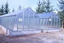 Žáci dostali skleníky hned dva. Zatím v nich však nic nepěstují.