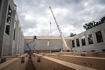 Výstavba sportovní haly v Borkách pokračuje budováním střechy.