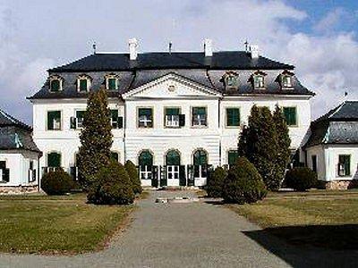 V barokním zámku s bohatým interiérem, obrazy a porcelánem je také atraktivní sbírka kočárů olomouckých biskupů a arcibiskupů.