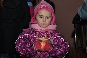 Plaňanští se sešli u promítání fotografií. Odnesli si Betlémské světlo