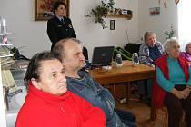 Jak na podvodníky a zloděje, ptali se senioři z penzionu v Plaňanech