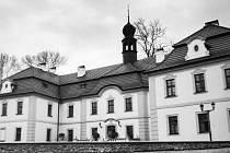 Barokní dominanta, zámek v Radovesnicích I, byla opravená Václavem Jiřím Holickým v druhé polovině devatenáctého století.