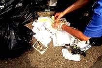 Strážníci městské policie se podle korespondence snažili rozpoznat původce černé skládky. Nějaká jména zjistili, ale skládka naštěstí zmizela dříve, než by je museli využít.