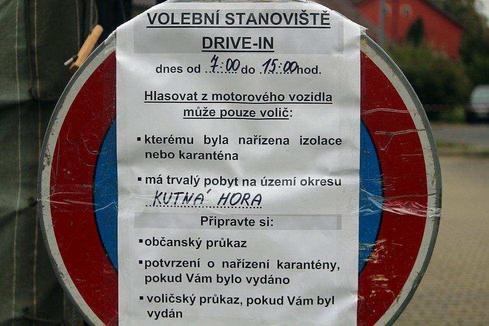 Volební drive-in místo v Kutné Hoře.