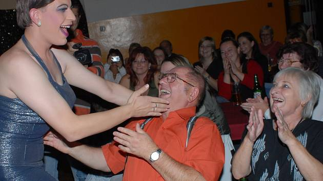 Z travesti show ze středy 17. října 2007 v kolínském Městském společenském domě.