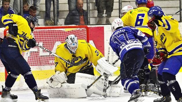 Hokejisté Kolína (v modrém) si v prvním mistrovském zápase s chutí zastříleli. Na Jindřichovým Hradcem vyhráli v pohodovém tempu 8:2.