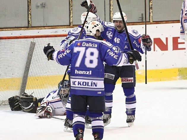 Jiří Kadlec (vpravo) se raduje ze vstřeleného gólu.