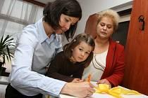 Mluvčí společnosti ČEZ Ivana Vejvodová (vlevo) se svou dcerou a ředitelka kolínského domova důchodců Ivana Nováková.