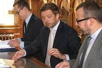 Podpis smlouvy mezi městem a společností Okresní autobusová doprava Kolína na provozování městské hromadné dopravy.