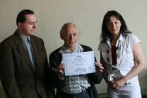 Z malé slavnosti při příležitosti předání certifikátu Osobnost roku Kolínského deníku baráčníkovi Josefu Janatovi