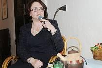 Autorské čtení z detektivky Pach smrti zpříjemnily písničky Karolíny Kamberské