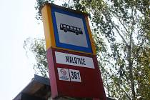 Zastávka autobusu v Maloticích, v neděli do Drahovčan už nedorazil