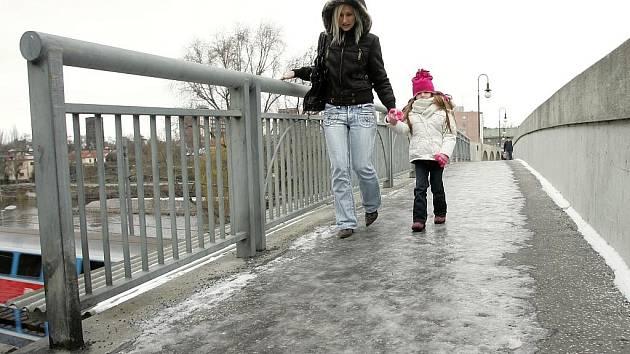 Náledí na tzv. Starém mostě v Kolíně