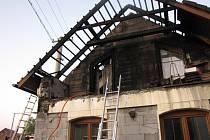 Požár balkonu a střechy v Cerhenicích na Kolínsku 31. srpna 2019.