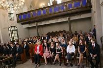 Žáci si v kolínské synagoze převzali maturitní vysvědčení.
