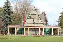 Budova smuteční síně na centrálním hřbitově v Kolíně