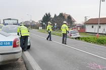 Řidička si nevšimla protijedoucího auta. Čelně se střetli.
