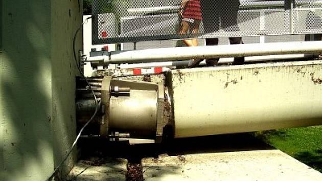 Kolínská lávka přes Labe se stala terčem útoku neznámého lapky. Zalíbily se mu velké železné šrouby, které chtěl zřejmě zpeněžit. Jak velké je poškození, teprve vyčíslí technické služby, správce celého zařízení.