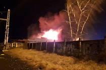 Požár střechy budovy v Úvalech.