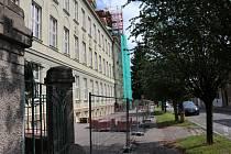 Před oslavami se budova gymnázia dala do gala i stavebně.