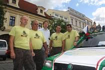 Kolínské posádky, jež vyrazily na Mongol Rallye, symbolicky odstartovaly z kolínského náměstí