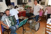 Rodáci se sešli a poseděli u hudby