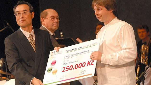 Ze slavnostního předávání šeků v Městském divadle Kolín