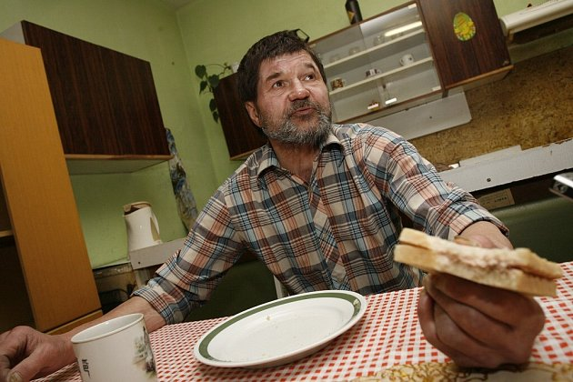 Sedmapadesátiletý Karel, obyvatel kolínské ubytovny pro osoby bez přístřeší.