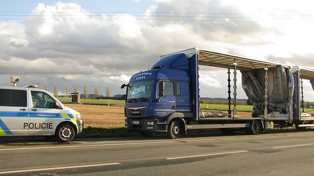 Nehoda kamionu na křižovatce u Bečvár