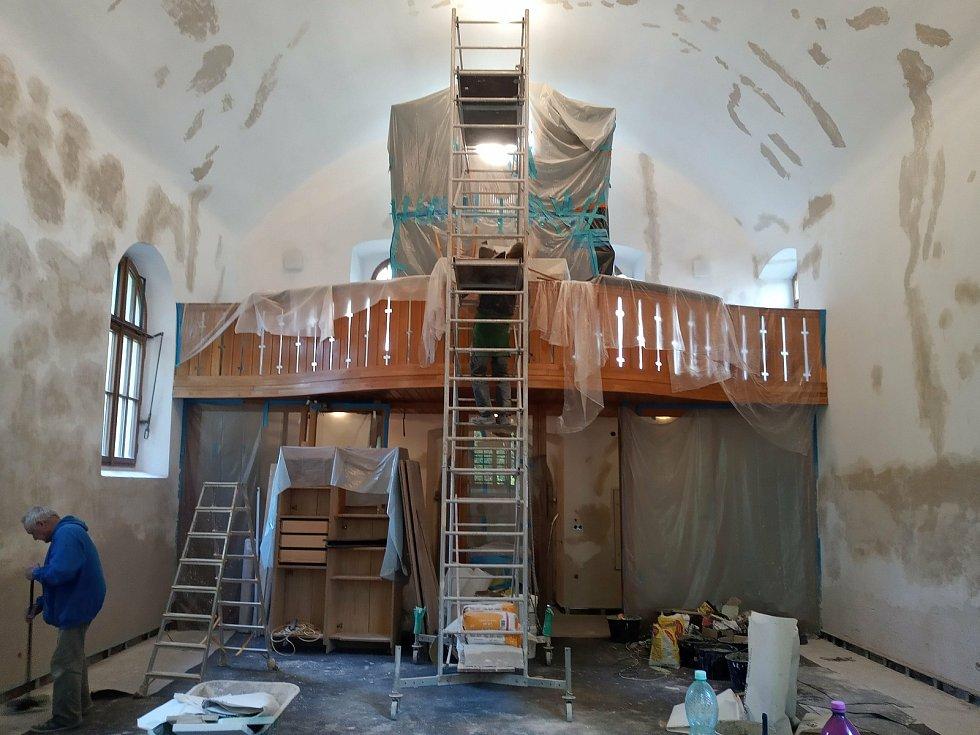 Z rekonstrukce kostela Nejsvětější Trojice v Českém Brodě.